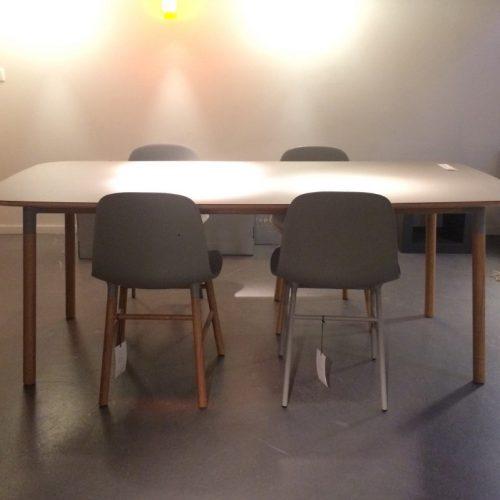 Normann-copenhagen_Form-tafel-met-stoelen_sale_dejavu_1_1