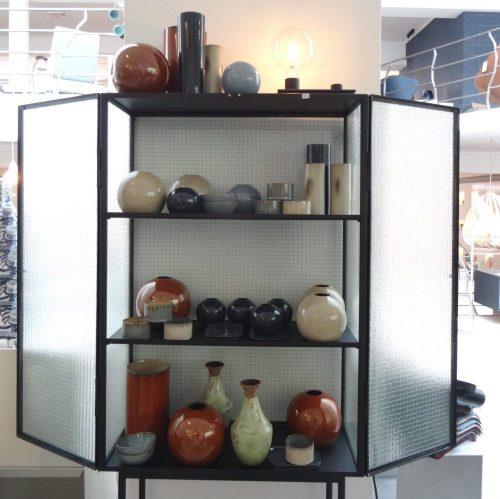 ferm-living-kast-haze-vitrine-zwart-metaal-glas-1_dejavu